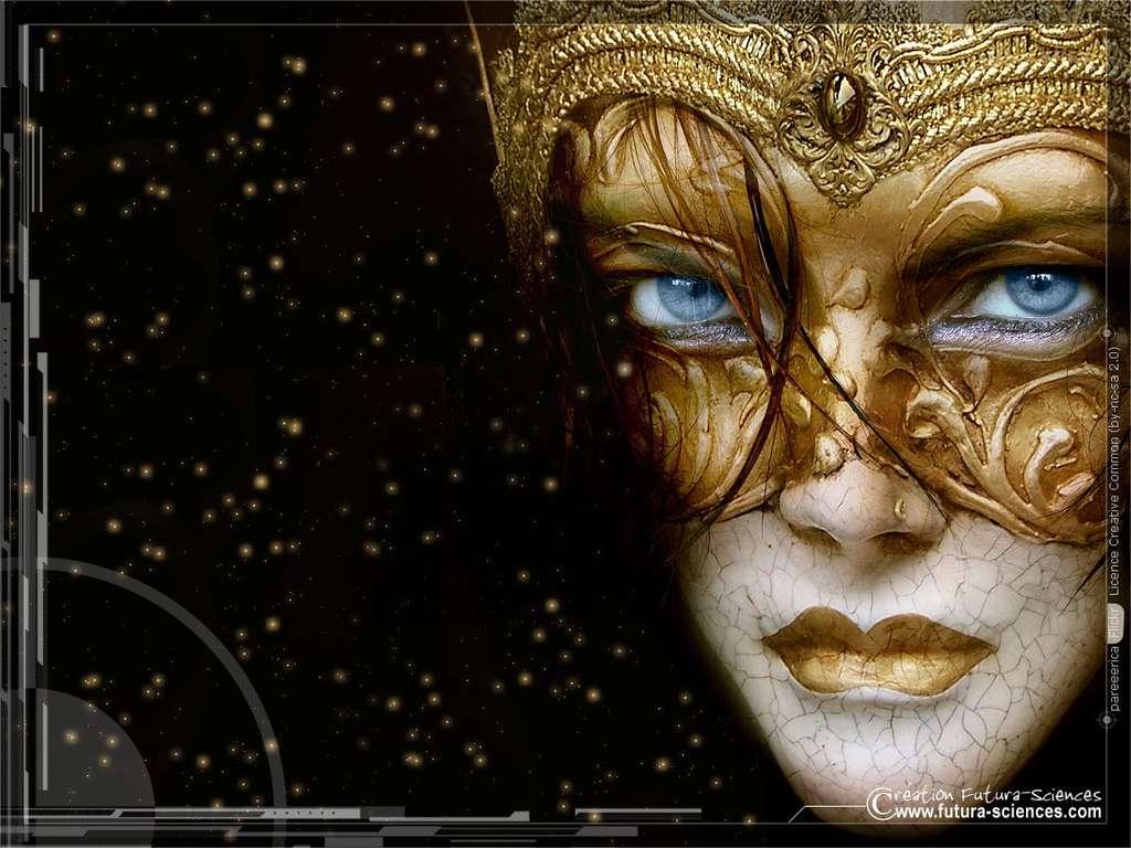 Femme au masque doré