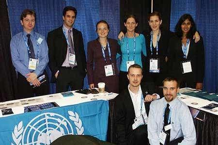 Une partie de l'équipe du SGAC (Space Generation Advisory Council) présente à l'IAC 2004 de Vancouver. © Espace Magazine