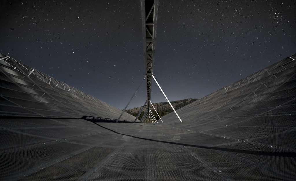 Une vue de nuit de Chime, le nouveau radiotélescope canadien. © Canadian Hydrogen Intensity Mapping Experiment (Chime)