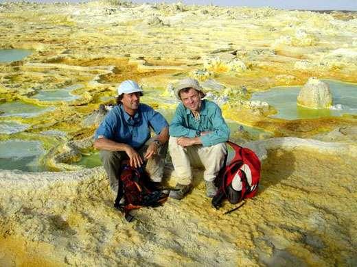 Nicolas Hulot et Jacques-Marie Bardintzeff sur le site de Dallol. © J.-M. Bardintzeff avec l'aimable autorisation d'Ushuaïa Nature, reproduction et utilisation interdites