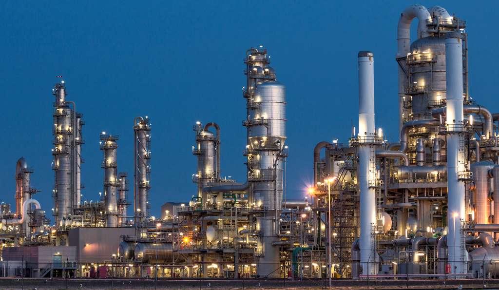 Le pétrole brut doit passer par l'étape raffinerie pour être transformé en combustible fossile utile. © VanderWolf Images, Fotolia