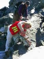 Hubert Staudigel en train de prélever des échantillons (Crédit : Scripps Institution of Oceanography).