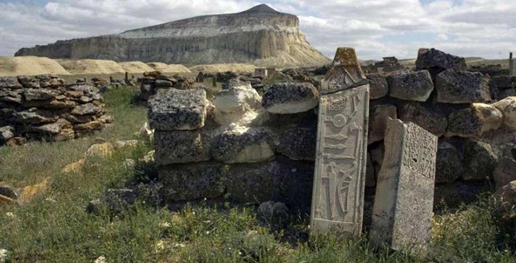 Des gravures taillées sur l'une des grandes pierres érigées du site d'Altÿnkazgan. Au premier plan, on distingue nettement des armes qui semblent plus récentes que la construction du monument lui-même, estimée à 1.500 ans avant le présent. © Evgeniï Bogdanov