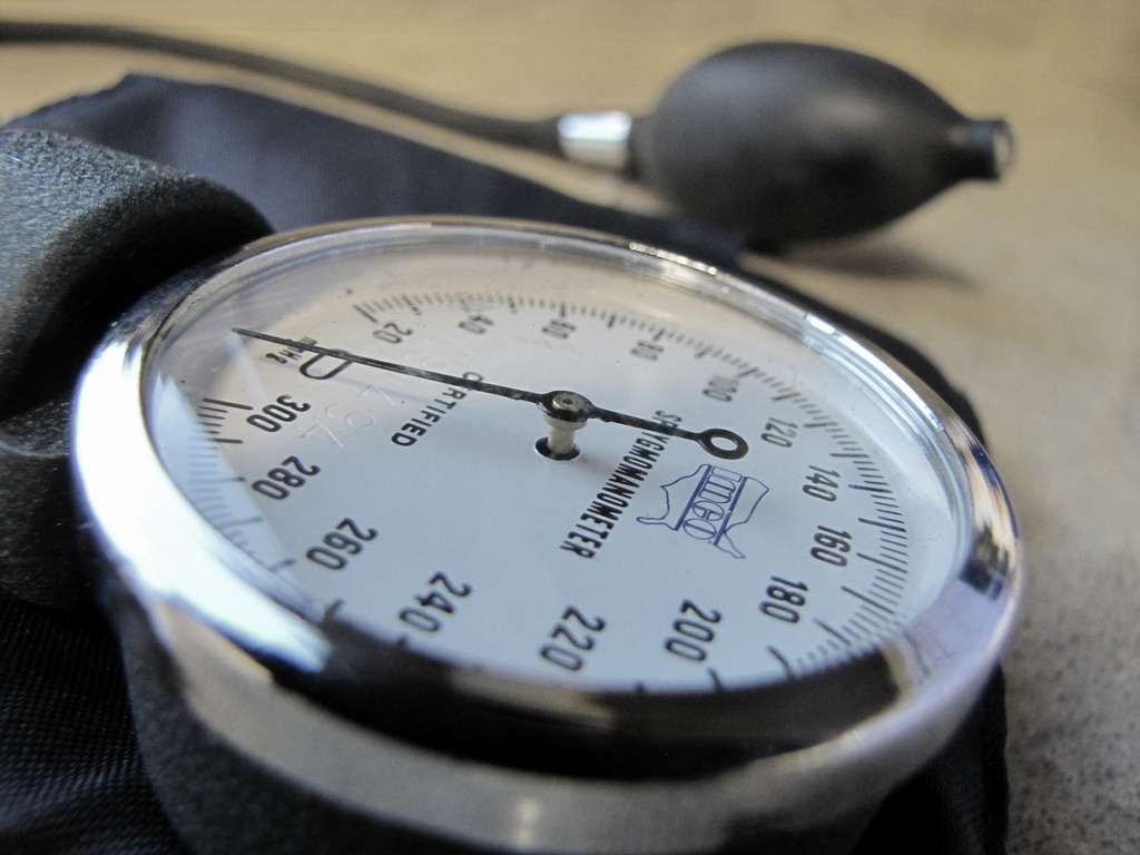 Le tensiomètre est utilisé pour calculer la tension artérielle (ou pression artérielle). Les tensions s'expriment en millimètre de mercure (Hg). Les médecins considèrent qu'il y a une hypertension artérielle pour des valeurs de pression artérielle systolique supérieures à 140 mmHg ou une pression artérielle diastolique supérieure à 90 mmHg. © jasleen_kaur, Flickr, cc by sa 2.0