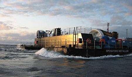 Déplacement de l'hydrolienne au moyen du catamaran dédié. Crédit OpenHydro