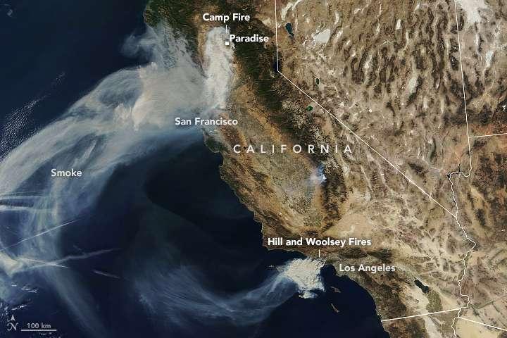 La Californie ravagée par trois incendies majeurs vue par le satellite Terra de la Nasa le 9 novembre : le « Camp Fire » au nord, le « Woolsey Fire » et le « Hill Fire » au sud, près de Los Angeles. © Nasa Earth Observatory
