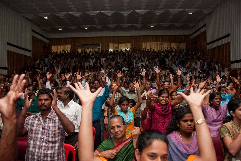 On n'applaudit pas toujours en tapant dans les mains. Chez les personnes malentendantes, on marque son approbation ou son enthousiasme en levant les mains en l'air et en les faisant pivoter. © Elyse Patten, Flickr, cc by nc 2.0