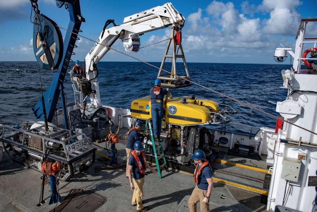 À bord du Nautilus, le ROV Hercule se prépare à plonger en quête de fragments de météorite. © Susan Poulton, Ocean Exploration Trust