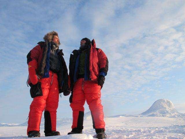 Alan Le Tressoler et Julien Cabon, le 21 avril 2012. Il faisait beau, ce jour-là au pôle Nord géographique. Derrière eux, le chaos de la banquise, un spectacle dont, apparemment, on ne se lasse pas. « C'est puissant. » © Pôle Nord 2012