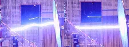 Figure 5.5. Guidage de décharge électrique par laser. A gauche : décharge libre, à droite, décharge guidée par laser.
