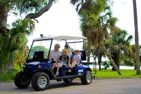 Cette voiturette de golf auto-pilotée est mise en service sur des campus d'universités, parc à thèmes et autres. © Induct