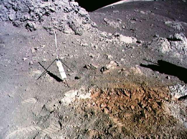 Le « sol orange » découvert par le géologue Harrison Schmitt lors de la mission Apollo 17 non loin du site d'alunissage de Taurus-Littrow. L'objet en forme de tripode est un gnomon associé à une charte photométrique qui sert de référence pour interpréter les couleurs de l'image. © Nasa