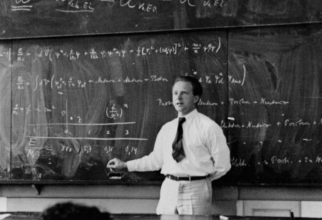 Werner Heisenberg, jeune, expliquant la théorie quantique. © AIP, Emilio Segre Visual Archives
