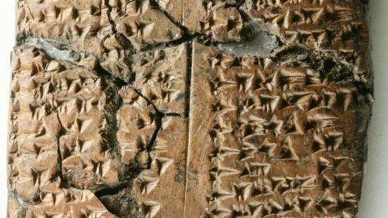 Photographie détaillée de la tablette trouvée à Ziyaret Tepe, site probable de la ville antique de Tušhan. Elle contient les noms de 144 femmes déportées qui étaient probablement au service de l'administration assyrienne. © John MacGinnis