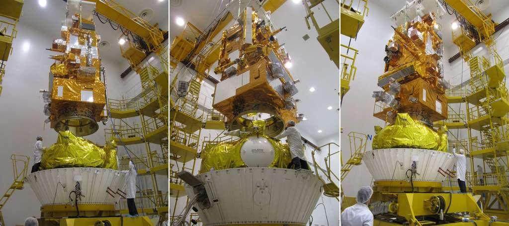 Installation du satellite Metop-B sur l'étage supérieur Fregat dans les locaux de Starsem, aux standards internationaux. © Astrium