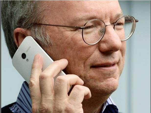 La semaine dernière, Eric Schmidt, le président exécutif de Google, a été pris en photo lors de la conférence Allen & Company tenant à la main le Moto X, qu'il ne cherchait visiblement pas à cacher. © Corriere della Sera