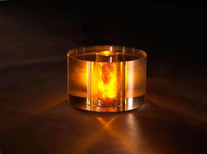 Au centre de ce bloc de saphir éclairé en lumière jaune se trouve un cylindre contenant un polymère de p-terphenyl, dopé au pentacène. C'est le cœur du dispositif qui a manifesté un effet maser à température ambiante. © National Physical Laboratory