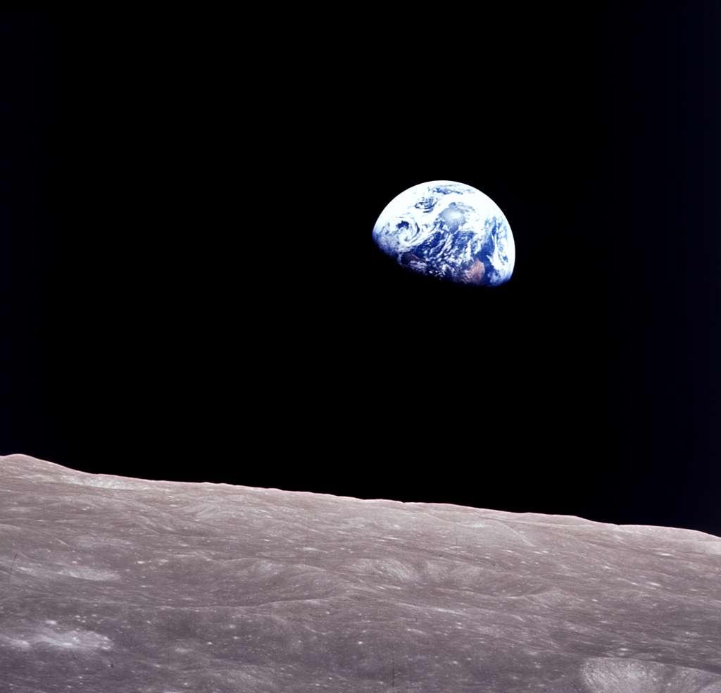 Autre image iconique de la Terre (avec celle acquise par la sonde Voyager), ce lever de Terre a été photographié depuis la capsule Apollo 8 lors de son survol de la Lune en décembre 1968. © Nasa