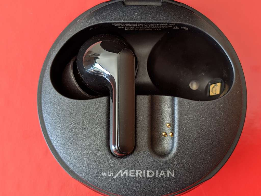 Le dispositif de stérilisation par ultraviolet LED se situe dans le fond du compartiment qui reçoit les écouteurs. © Marc Zaffagni