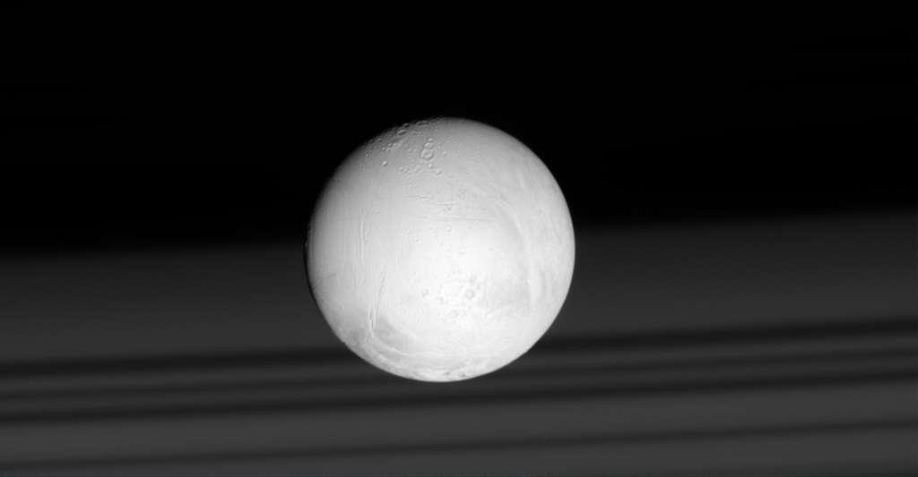 Des chercheurs de l'University College London (Royaume-Uni) ont reproduit les caractéristiques chimiques et les températures des cheminées hydrothermales profondes. Et c'est dans cet environnement qu'ils ont vu se former des vésicules de type microgoutte, ancêtres de nos cellules. Un environnement que l'on peut retrouver aussi sur Encelade, par exemple, l'une des lunes de Saturne. © Nasa, JPL-Caltech, Space Science Institute