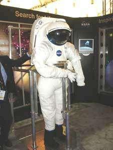 Légende : Le « renewed spirit of discovery » était à l'honneur à la NASA. Ici, un concept de combinaison spatiale à torse rigide pour l'exploration de la Lune ou de Mars. © Espace Magazine