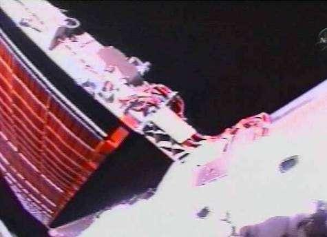 Le panneau solaire qui restera à replier lors d'une prochaine mission. Capture Nasa-TV.