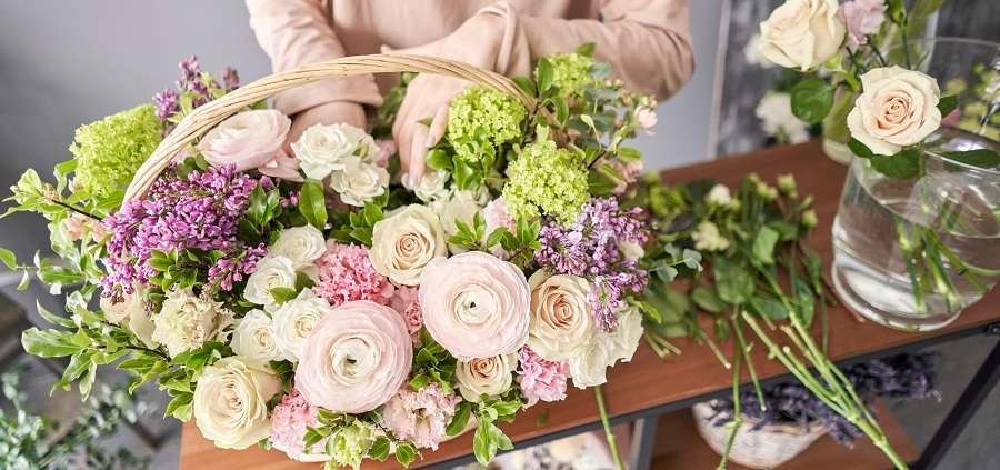 Couper les tiges et la qualité de l'eau, les secrets pour conserver un bouquet de fleurs. © Malkovkosta, Adobe Stock