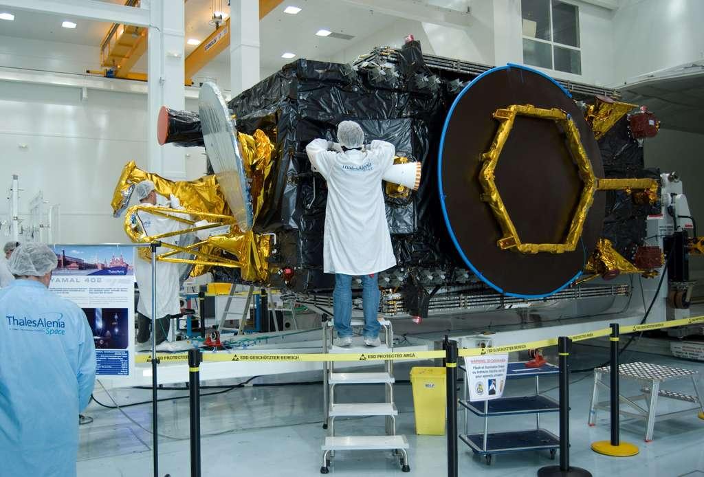 Le satellite Yamal-402 dans les locaux cannois de Thales Alenia Space, quelques jours avant son transfert à Baïkonour, début novembre. © R. Decourt, Futura-Sciences