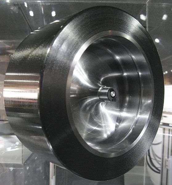 Les volants d'inertie sont généralement lourds et volumineux. Ils tournent à plusieurs milliers, voire plusieurs dizaines de milliers de tours par minute. En effet, la quantité d'énergie cinétique stockée augmente avec la masse et la vitesse. © Geni, Wikimedia Commons