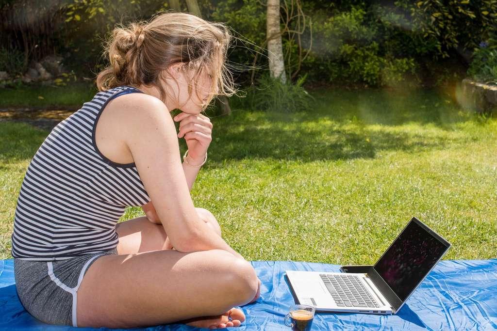Pour être prêt le jour J, profitez de vos journées de révisions pour simuler les épreuves du bac et faites vous aider par votre famille ou vos amis pour les épreuves orales. © Image'in, Adobe Stock