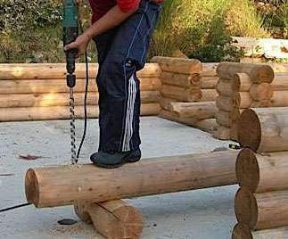 Incurvés tout du long par en dessous, les rondins sont percés en vue de renforcer les assemblages par des chevilles. © vecteur-douceur.fr