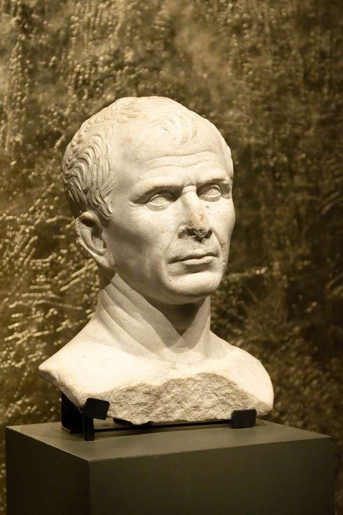 Tête en marbre de Jules César (46 avant J.C.) trouvée dans le Rhône. Musée départemental Arles Antique. © Wikimedia Commons, domaine public.
