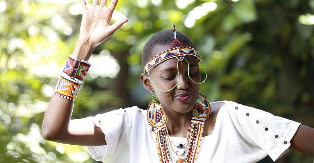 Jeune femme Masaï près de Nairobi Kenya exécutant une danse. © Zuraj studio, Wikimedia commons, CC by-sa 4.0