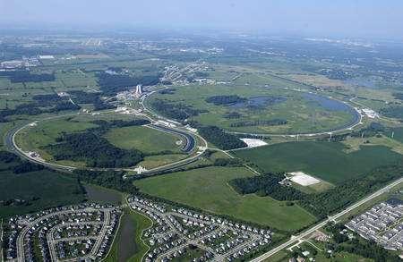 Cliquer pour agrandir. Une vue aérienne du Fermilab et des deux anneaux enterrés du Tevatron. Crédit : Fermilab