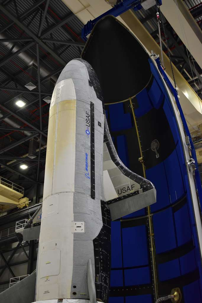 Le X37-B avec son nouveau module de service installé dans la coiffe de son lanceur. Notez que les portes des différentes soutes du véhicule sont clairement visibles sur cette photo. © Boeing