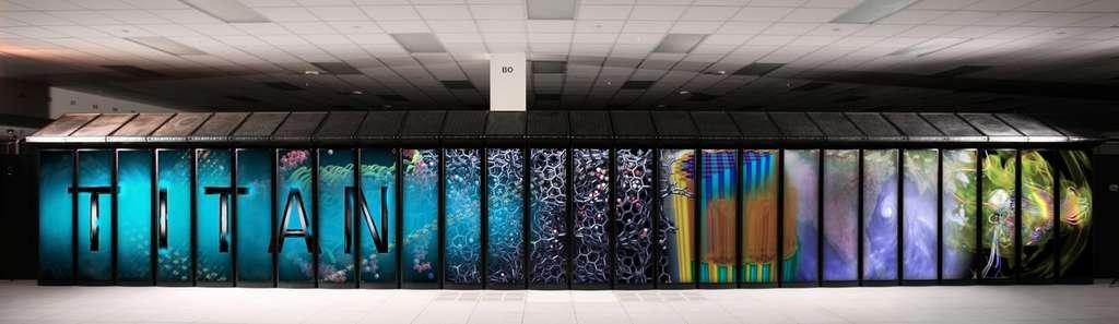 Le supercalculateur XK7 Titan conçu par Cray et installé au laboratoire national d'Oak Ridge aux États-Unis dans le Tennessee. Il délivre une puissance de calcul de 17,59 pétaflops qui peut aller jusqu'à 27 pétaflops en pointe théorique. © Oak Ridge National Laboratory