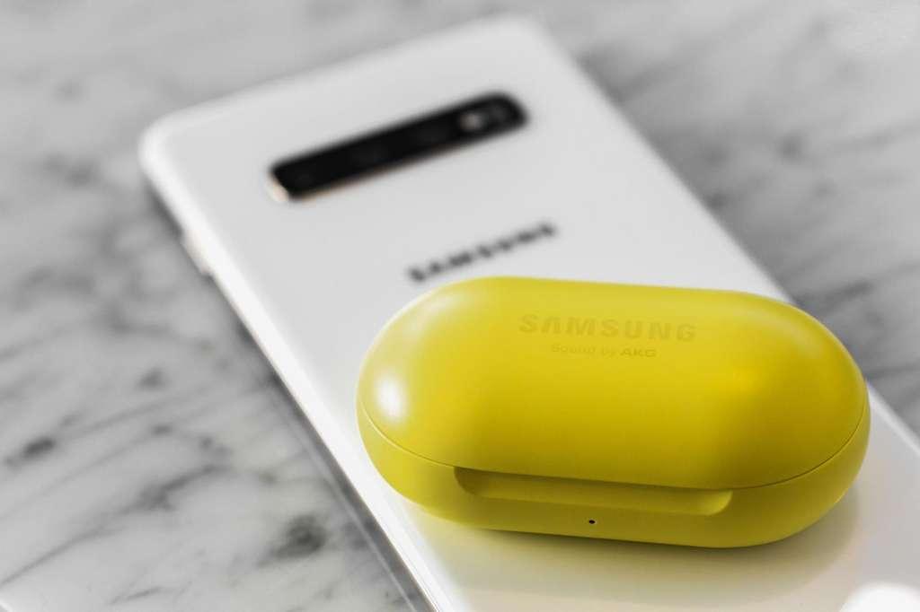 La fonction vraiment innovante : la possibilité de recharger ses écouteurs sans fil grâce au smartphone. Le tout sans fil. © Samsung
