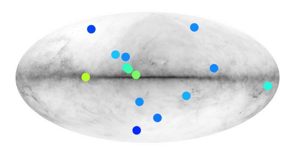 Position dans le ciel des différents candidats du catalogue Fermi. La carte de fond montre la brillance minimale d'une anti-étoile pour qu'elle soit observée par Fermi. Les parties claires représentent les parties du ciel où les observations sont les plus faciles. On voit en tranche le disque de la Voie lactée et on constate donc que de nombreuses anti-étoiles se trouvent peut-être dans le halo de notre Galaxie. © IRAP