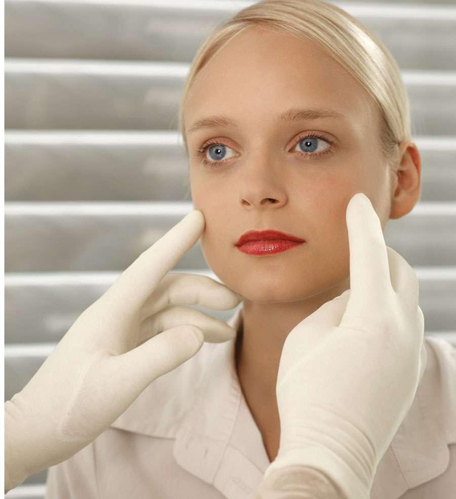 Bien que non vitale, une opération de chirurgie esthétique peut aider à changer les rapports qu'un individu entretient avec les autres. © DR