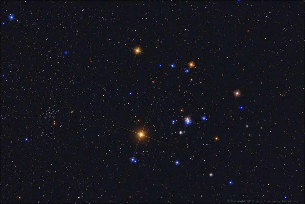 L'amas ouvert des Hyades qui compose la tête du Taureau. L'étoile la plus brillante, au premier plan, est Aldebaran. Elle n'appartient pas à l'essaim de jeunes étoiles. © Jerry Lodriguss