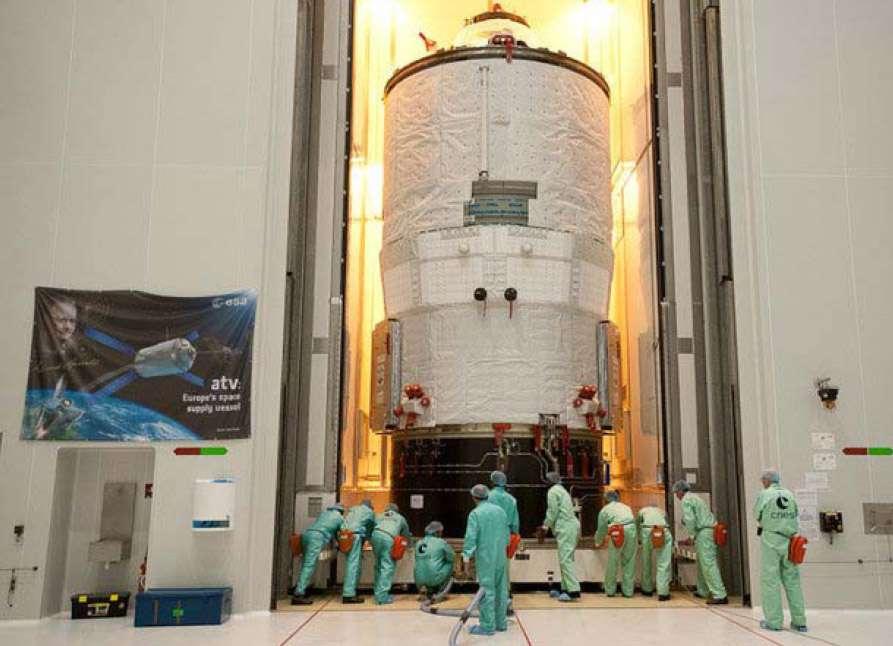 L'ATV Edoardo Amaldi, dans une des salles blanches du Centre spatial guyanais, entièrement assemblé avant d'être installé dans son lanceur. La présence des techniciens permet de se rendre compte de la taille de l'engin (10 m de long et 4,5 m de diamètre) ! © Esa/Cnes/Arianespace/Photo Optique vidéo du CSG