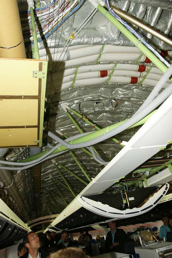Dans cette version d'essais, l'absence de décoration intérieure dévoile les espaces techniques. D'après Boeing, le volume disponible au-dessus des coffres à bagages (dont on devine ici l'emplacement) permettrait d'y aménager des couchettes. © David Barrie/AeroWeb-fr.net