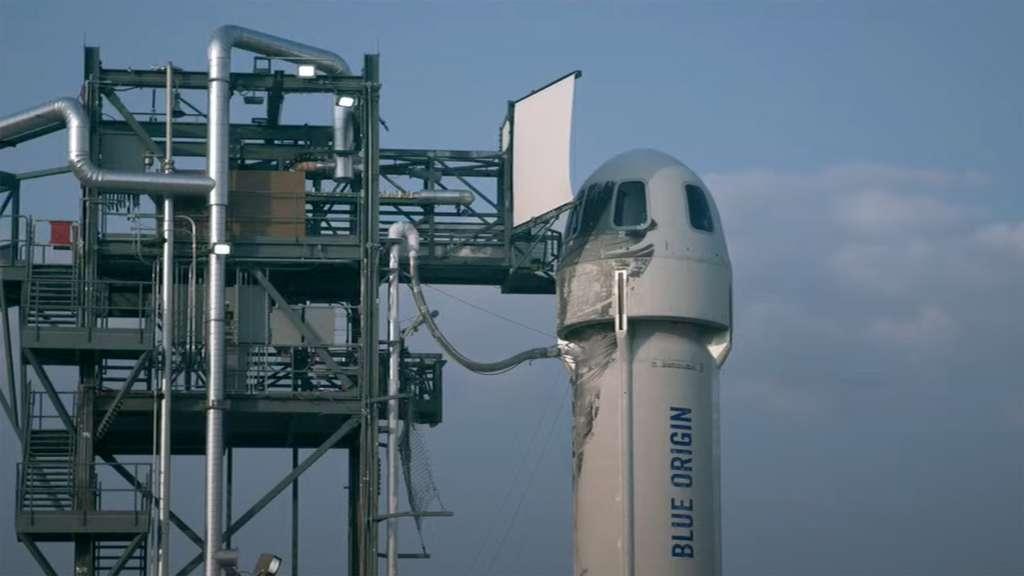 Le New Shepard sur son pas de tir avec à son bord Jeff Bezos, son frère, Wally Funk et Oliver Daemen. © YouTube, Blue Origin