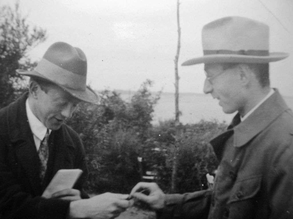 Werner Heisenberg (à gauche) et Eugène Wigner (à droite). Ces deux grands maîtres de la mécanique quantique étaient fascinés par l'importance des symétries mathématiques à la base des particules élémentaires. Heisenberg était influencé par la philosophie de Platon quand il a découvert la mécanique matricielle. © Friedrich Hund