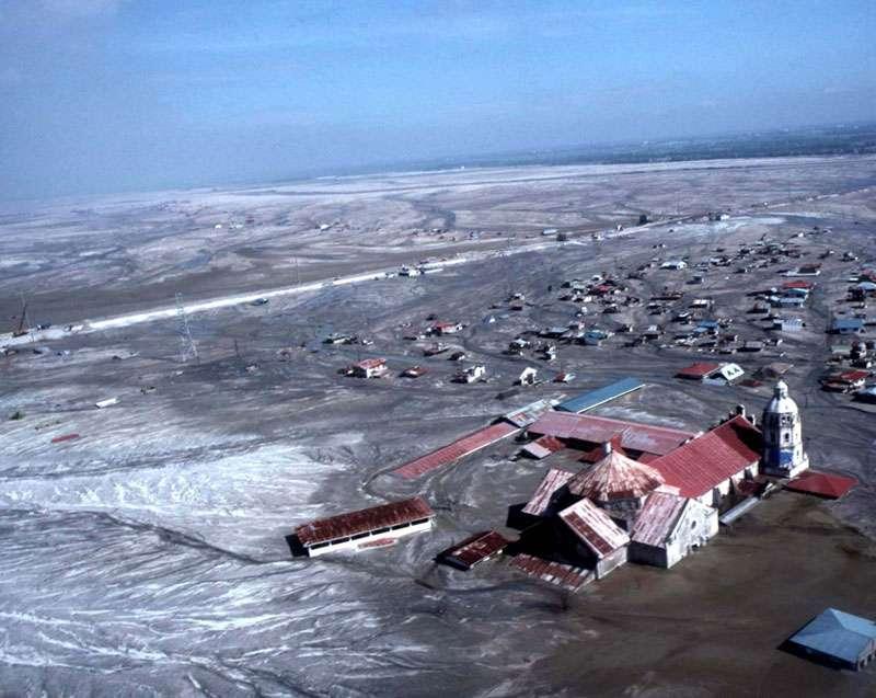 La ville de Bacolor, près du Pinatubo, après le passage du typhon Mameng