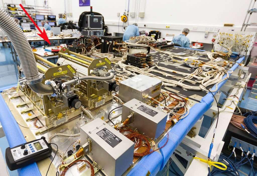 Les satellites Galileo embarquent deux types d'horloges atomiques : des masers à hydrogène passifs (flèche rouge en haut à gauche) et des horloges atomiques au rubidium, visibles au premier plan. © Surrey Satellite Technology Ltd (SSTL)