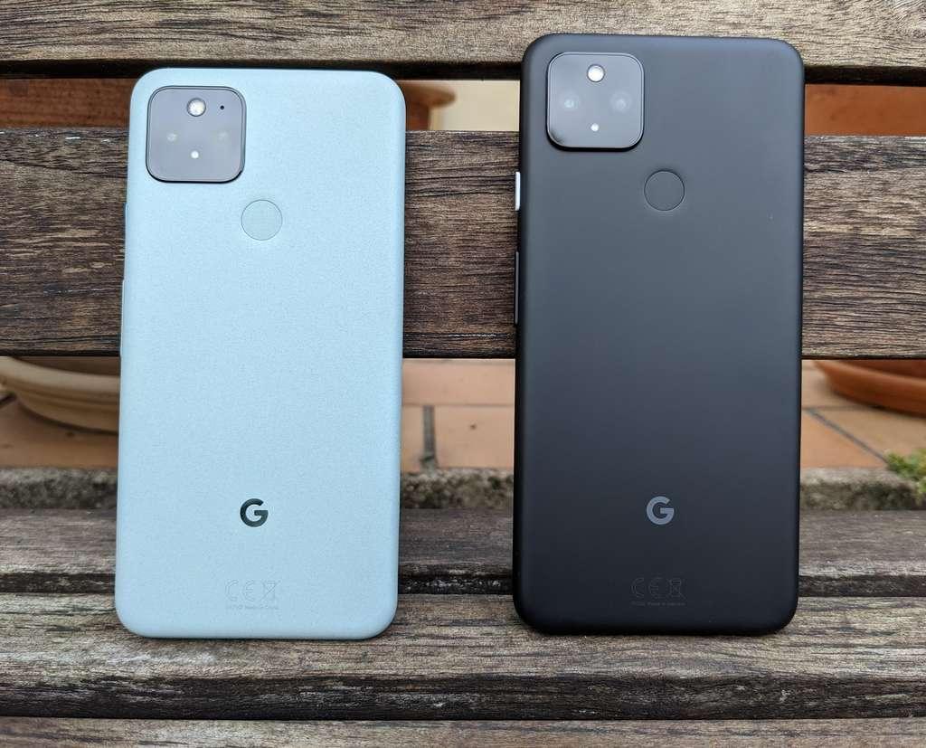 À gauche, le Pixel 5 et son châssis en aluminium recyclé. À droite, le Pixel 4a 5G dont la coque est en plastique basique. © Marc Zaffagni