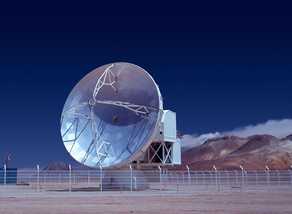 Apex, un télescope submillimétrique de 12 mètres, a été installé sur le plateau Chajnantor dans le désert d'Atacama au Chili. © ESO