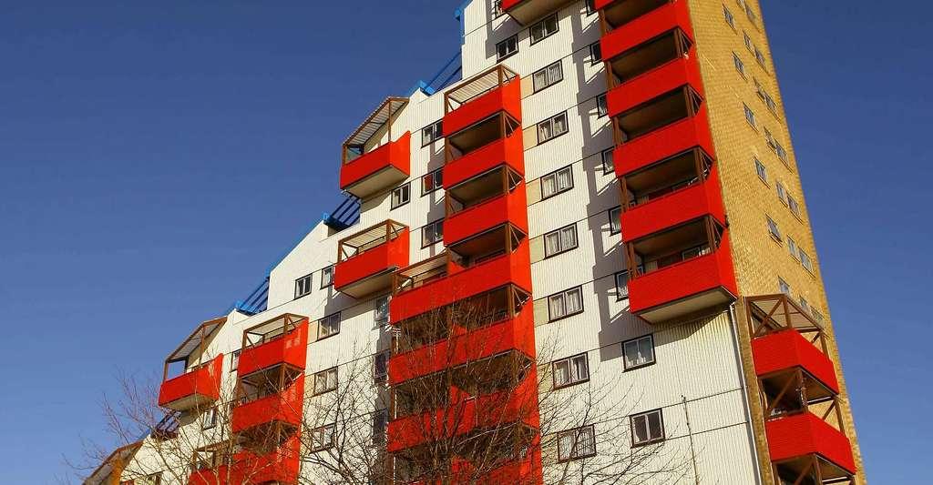 L'architecture participative naît avec Walter Segal. Le système Segal d'autoconstruction a servi de modèle à de nombreux projets collaboratifs, comme c'est le cas du lotissement Byker Wall, à Newcastle, construit entre 1969 et 1980. © Holger Ellgaard, DP
