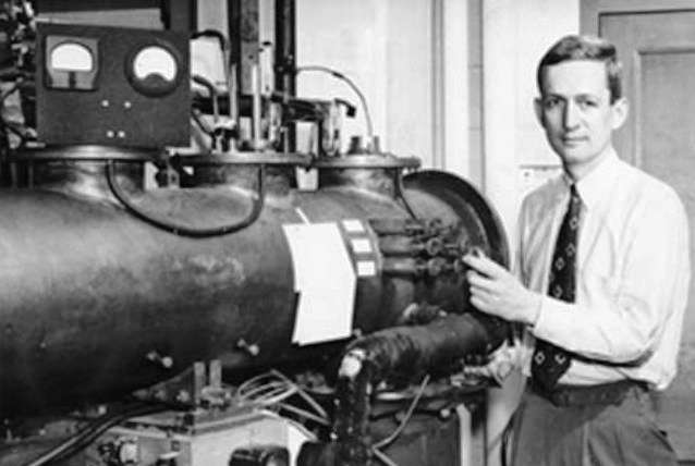 Norman Ramsey devant un dispositif à faisceaux moléculaires. © AIP Emilio Segre Visual Archives
